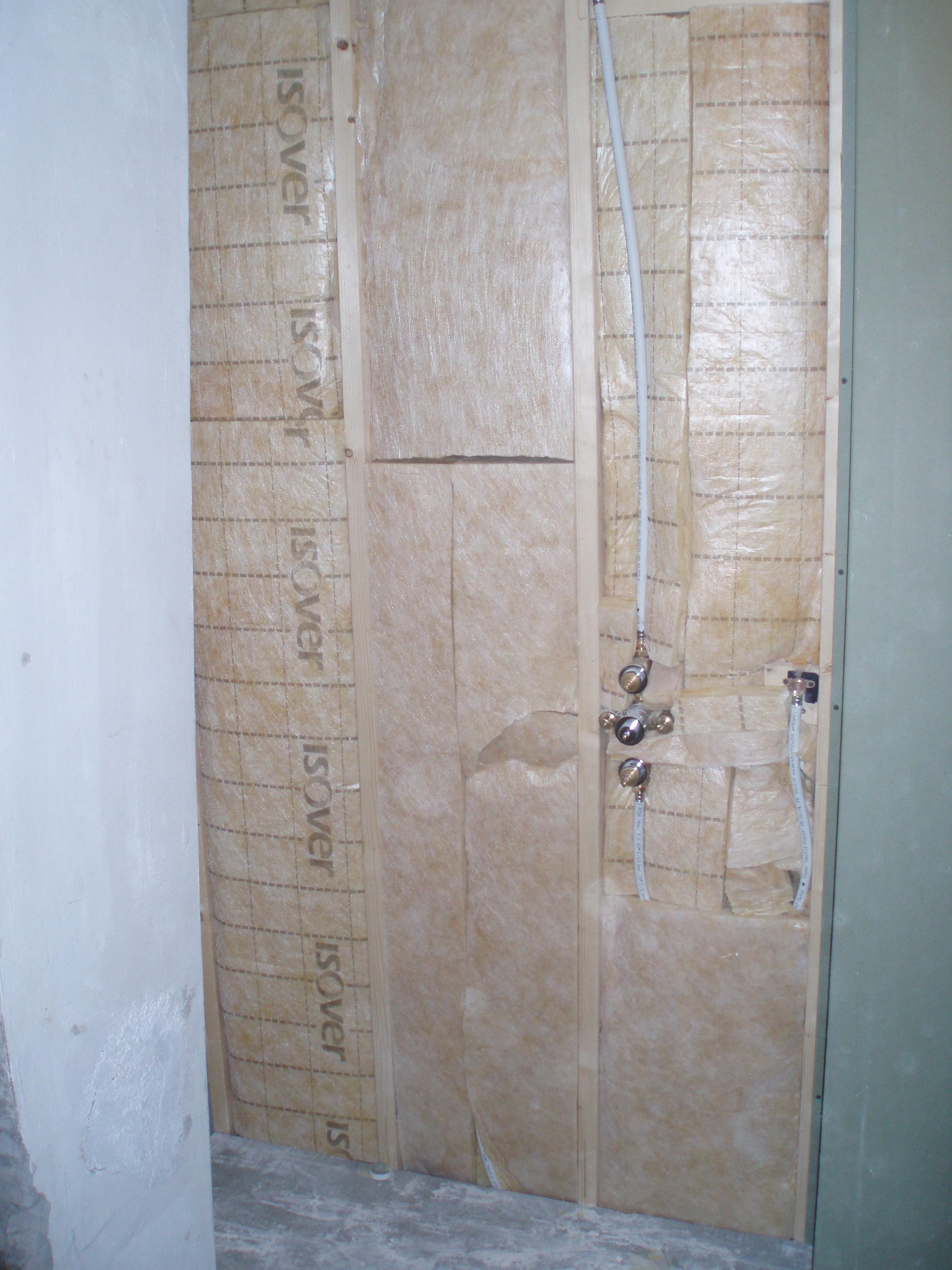 voorbereiding voor badkamer met inloopdouche en wastafel van